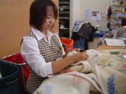 毛布の検品作業.jpg