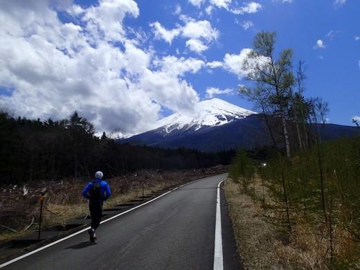 富士山を見ながら旧船津口登山道を目指して林道を走る